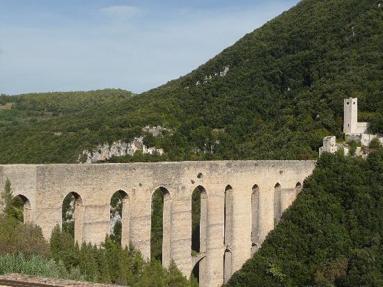 Casale San Bartolomeo: Ponte delle Torri - 13th century Aquaduct at Spoleto.