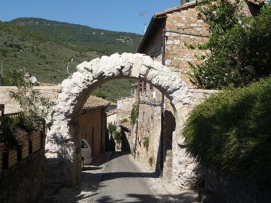 Casale San Bartolomeo: Arch over street in Spello.