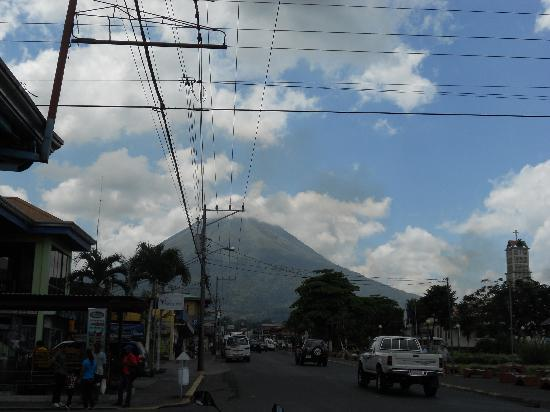 Arenal Hostel Resort: View of the Volcano from the street