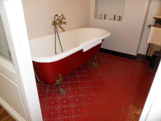 เจอร์ลอคซี รูม ดีลักซ์: Quaint & fully functional clawfoot tub