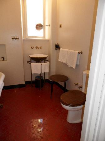เจอร์ลอคซี รูม ดีลักซ์: Light and airy bathroom