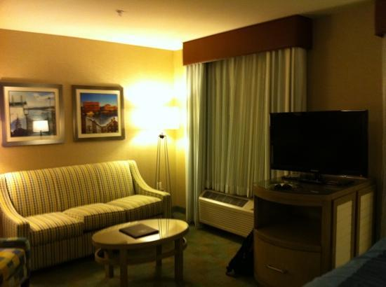 Residence Inn Portsmouth Downtown/Waterfront: couch and tv