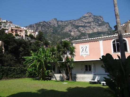 Villa Flavio Gioia: This is the villa and yard..a private space with amazing views.