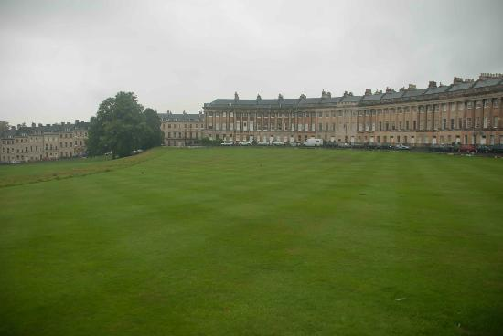 Royal Crescent: Amazing lawn in the centre of the semi-circle