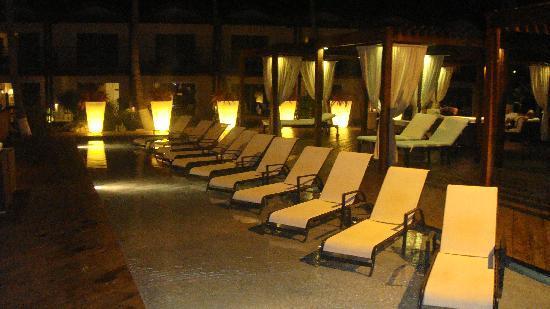 Divi Aruba All Inclusive: Lujosas reposeras en la Piscina