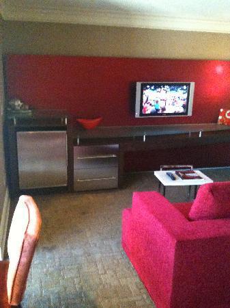 ทีไอ-เทรชเชอร์ ไอส์แลนด์ โฮเต็ล แอนด์ คาสิโน: Tiny non-HD tv with no lights in dark left corner