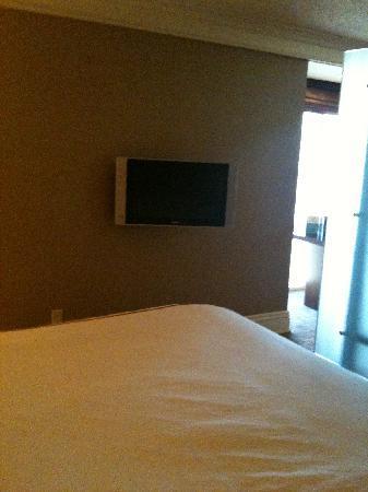 ทีไอ-เทรชเชอร์ ไอส์แลนด์ โฮเต็ล แอนด์ คาสิโน: Small LCD NON-hd TV swivels out from wall in bed area