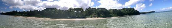 Wellesley Resort Fiji: Panorama from the sea towards the resort. Taken while standing in shallow water.