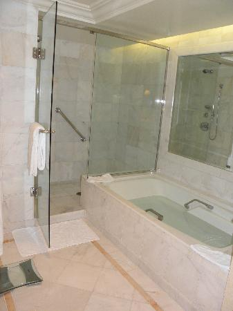 The Peninsula Beverly Hills: Bathtub&Shower room