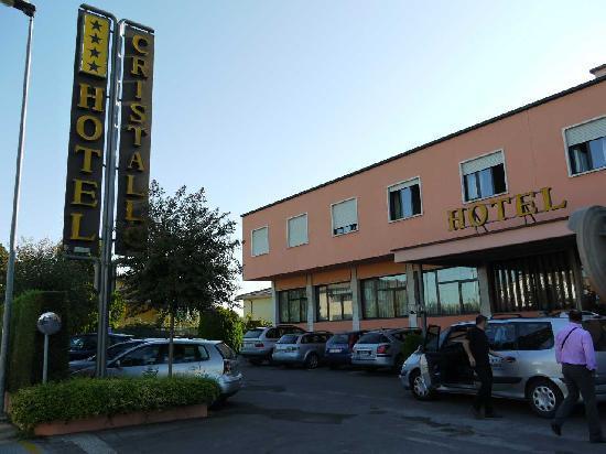 Hotel Cristallo: 古い感じのホテル外観