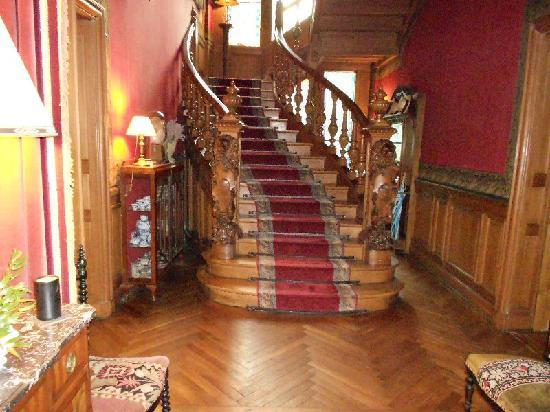 Chateau De Verrieres: Hallway stairs