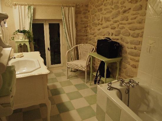 Le Mas du Haut-Roussillac: Our bathroom