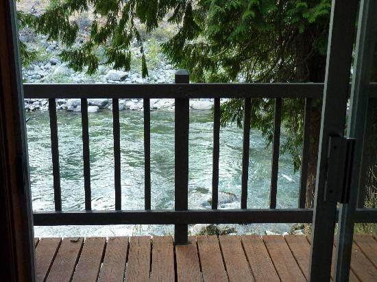 Bindlestiff's Riverside Cabins: Looking out from inside our room