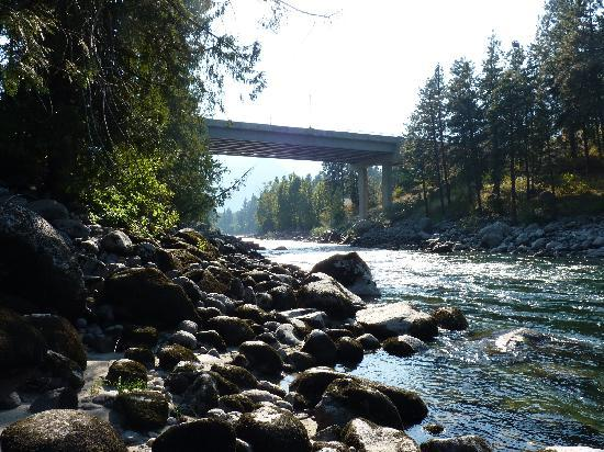 Bindlestiff's Riverside Cabins: Bridge into Leavenworth