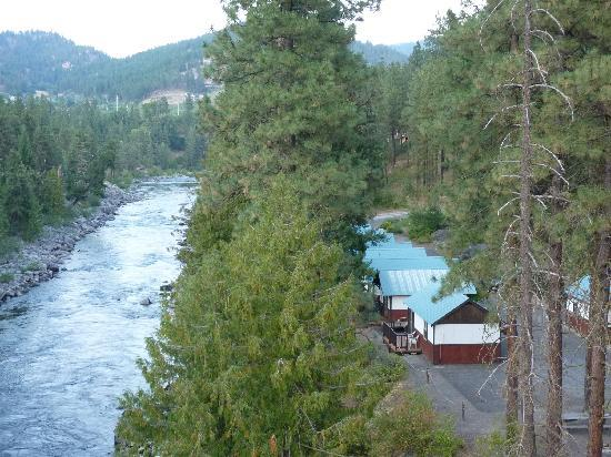 Bindlestiff's Riverside Cabins: Cabins and river from hwy 2 bridge.