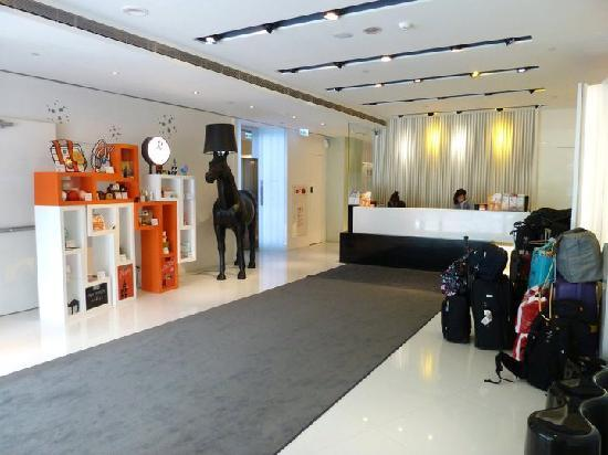 CityInn Hotel Plus - Ximending Branch: very bright and  cool Lobby