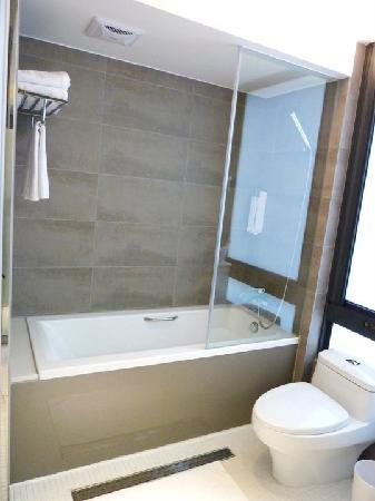 CityInn Hotel Plus - Ximending Branch: Standard room bath tub