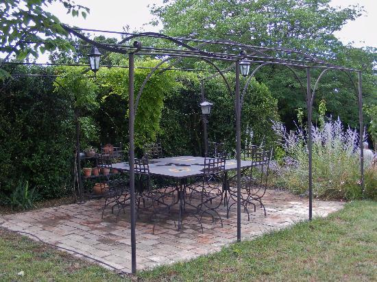 Le Mas du Haut-Roussillac : outdoor dining/relaxing