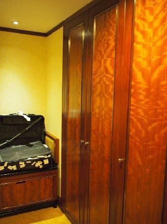 โรงแรมแชงกรี-ล่า กัวลาลัมเปอร์: Closet