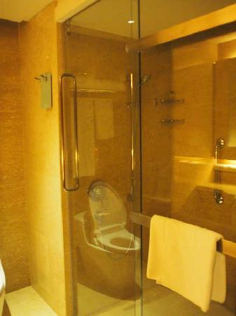 โรงแรมแชงกรี-ล่า กัวลาลัมเปอร์: Showerstall