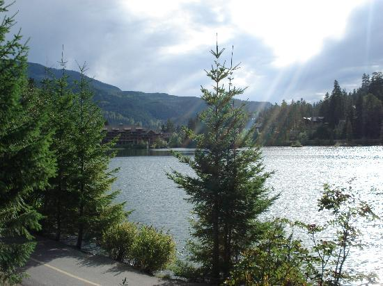 Nita Lake Lodge: A walk around the pretty lake
