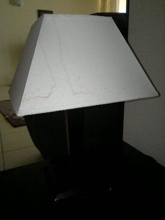 Piermonde Apartments: Mouldy lamp.