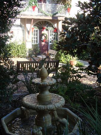 Casa de Solana: The fountain in the courtyard.