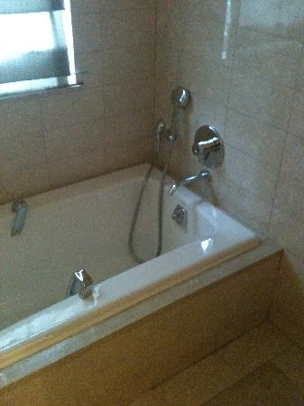 Battery Wharf Hotel, Boston Waterfront: Bathtub