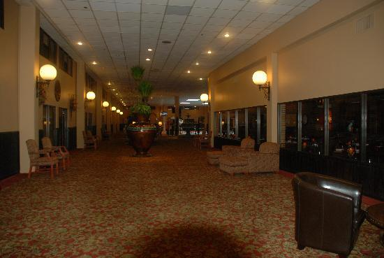 Clarion Inn Garden City : The hotel lobby