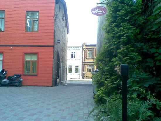 Hotel Liene: Внутренний двор и второй выход
