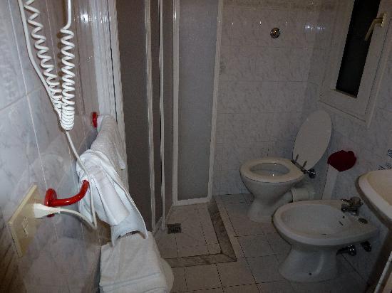 เดลเล นาซิโอนิ โฮเต็ล: Bathroom of Room 119