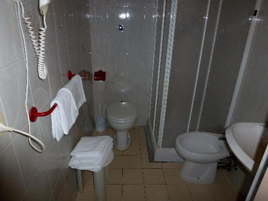 เดลเล นาซิโอนิ โฮเต็ล: Bathroom of Room 107