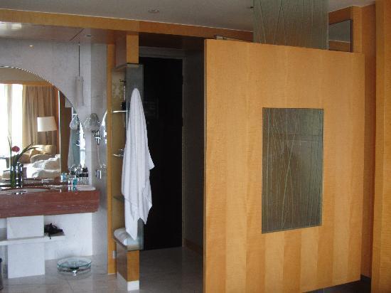 โรงแรมเลอ รอยัล เมอริเดียน เซี่ยงไฮ้: Room: Wash Basin