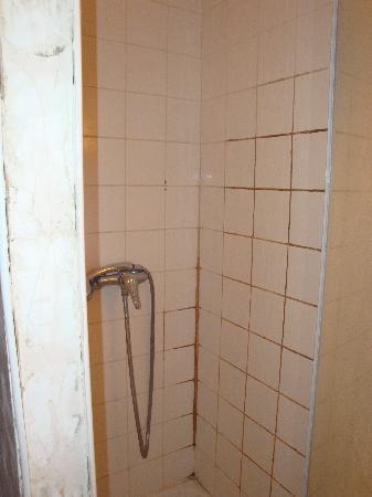 Hotel des Andelys: el baño sucio