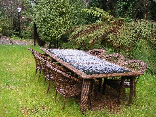 The Loft In The Mill Boutique Accommodation: Picnic table outside the Coach house