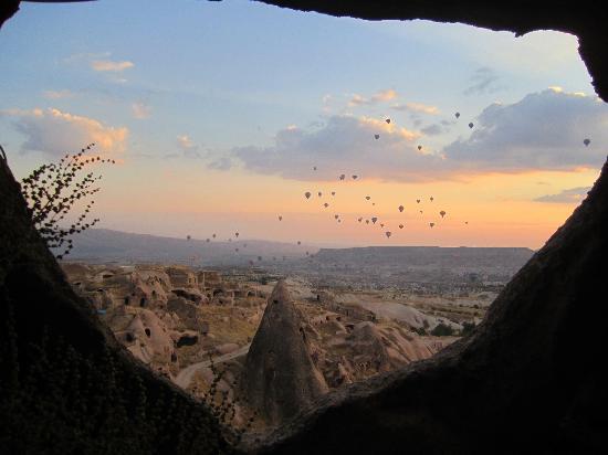 โรงแรมอากอส แคปปาโดเซีย: Watching the balloons at sunrise from inside the cave