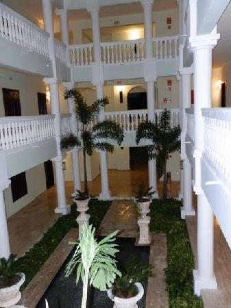 แกรนด์ปัลลาเดี่ยม รีสอร์ท&สปา: Inside entryway of each villa