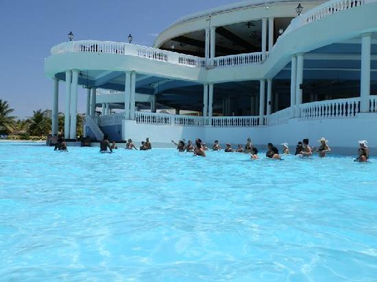 แกรนด์ปัลลาเดี่ยม รีสอร์ท&สปา: Another nice view of the pool
