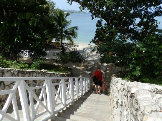 แกรนด์ปัลลาเดี่ยม รีสอร์ท&สปา: WAlking down to Sunset Beach