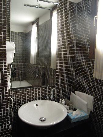 J & J Historic House Hotel: Bathroom