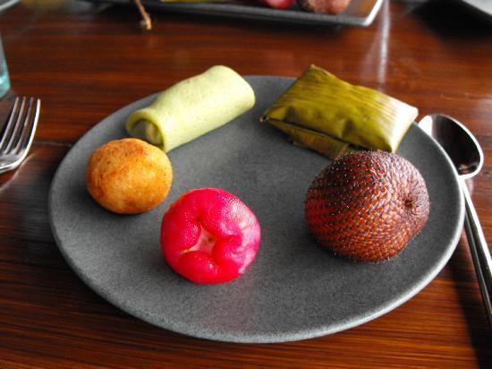 Bali Asli Restaurant: A delicious dessert plate of fruit