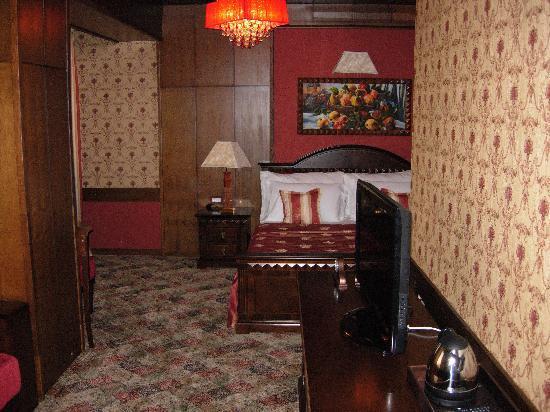 Hotel Gligorov: una delle camere al piano terra tutte sulla tonalità rossa