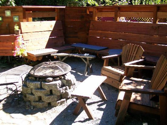 Elim Grove Cottages: The outdoor firepit was our very favorite feature.
