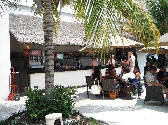 BlueBay Grand Esmeralda: Bar close to the pool