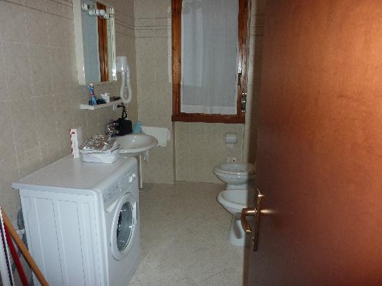 Diva Hotel: Salle de bain avec lessiveuse
