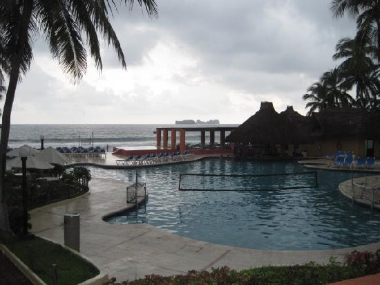 Holiday Inn Resort Ixtapa: Pool with swim up bar