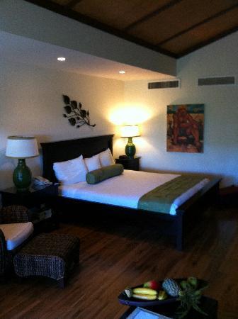 Aston Maui Kaanapali Villas: king bed