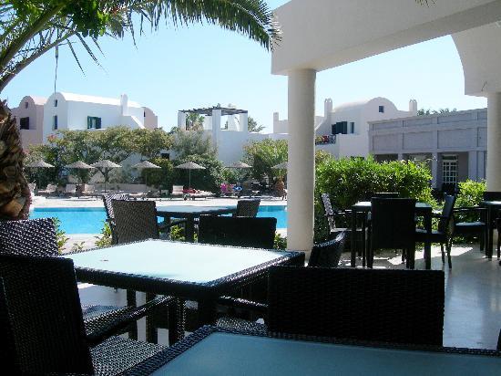 9 Muses Santorini Resort: Interno del Resort con piscina