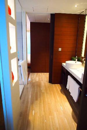 เดอะ แลงแฮม ซินเทียนตี้ โฮเต็ล: Bathroom