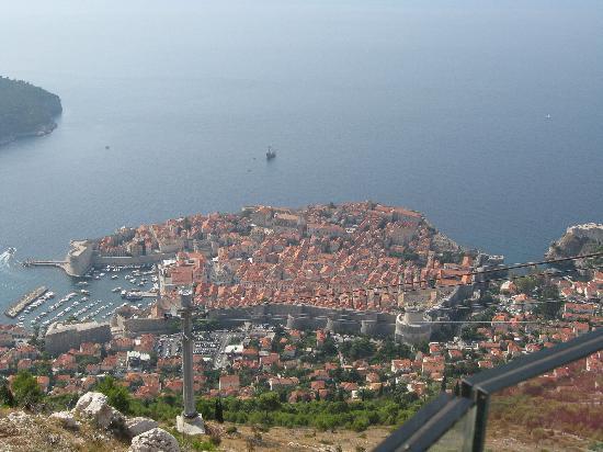 ดูบรอฟนิคเคเบิลคาร์: The old city far below